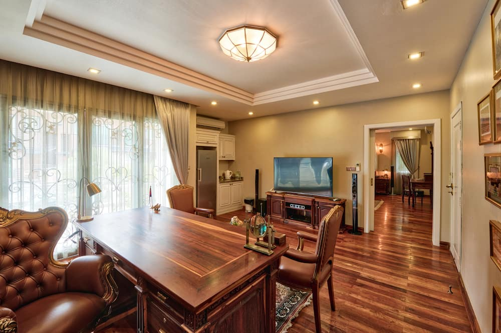 Mane Presidential Suite - Free Airport Pick Up and Transfer - Free Drop Off Casino - Living Area
