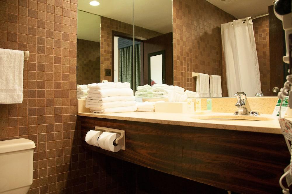 Standardzimmer, 2Doppelbetten - Badezimmer