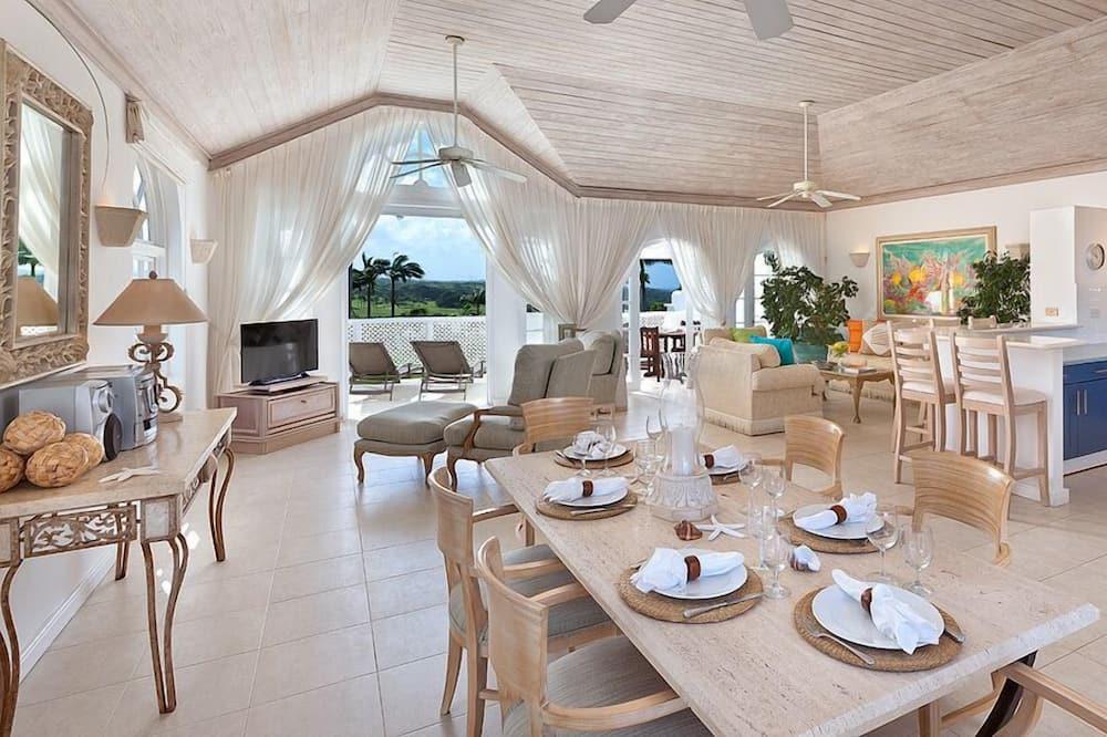 Luxury Villa, 3 Bedrooms - Tempat Makan dalam Bilik