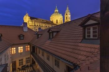 Prag bölgesindeki Three Golden Crowns Apartments resmi
