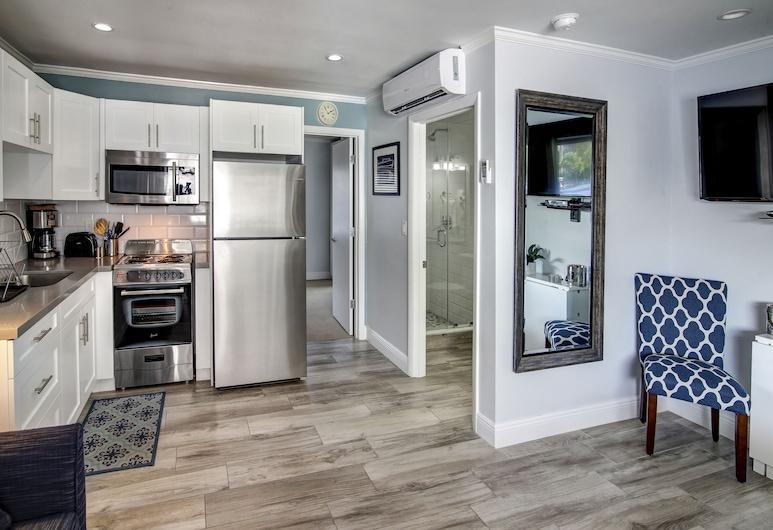 May-Dee Suites, Hollywood, One Bedroom Studio, Queen Suite, In-Room Kitchen