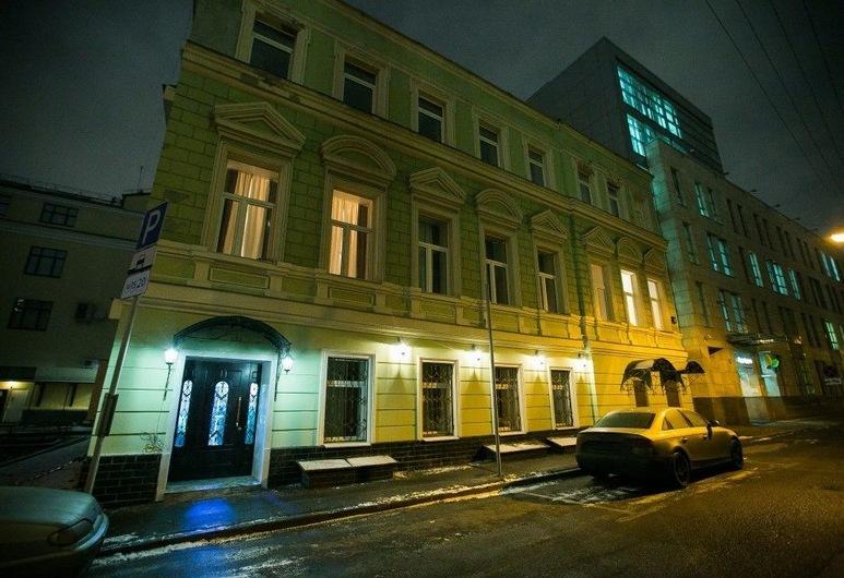 Hanzer Hotel, Moskwa, Fasada hotelu — wieczorem/nocą