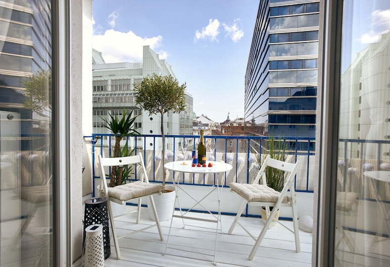 OPERA CITY CENTER APARTMENTS, Vienna, Comfort Apartment, 2 Bedrooms, Kitchen, Corner (Santorin) (including cleaning fee €50), Balcony