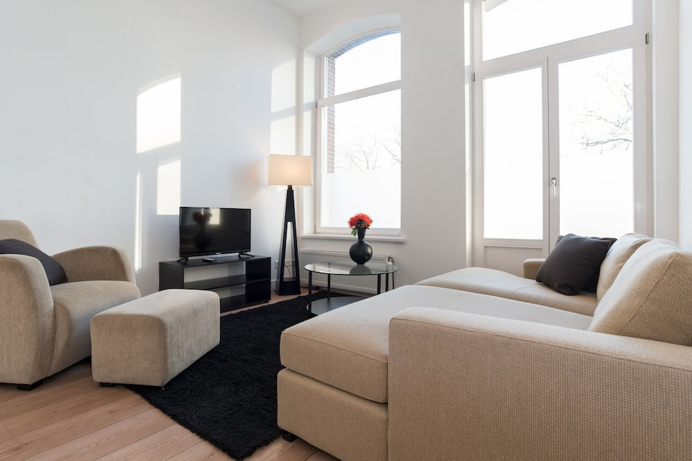 Deluxe Apartment, 2 Bedrooms, Canal View - Living Room
