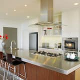 منزل فاخر - ٥ غرف نوم - منظر للتل - مطبخ مشترك