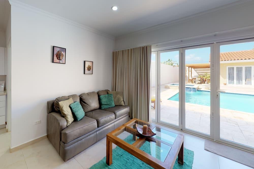Habitación familiar doble, frigorífico y microondas, junto a la piscina - Zona de estar