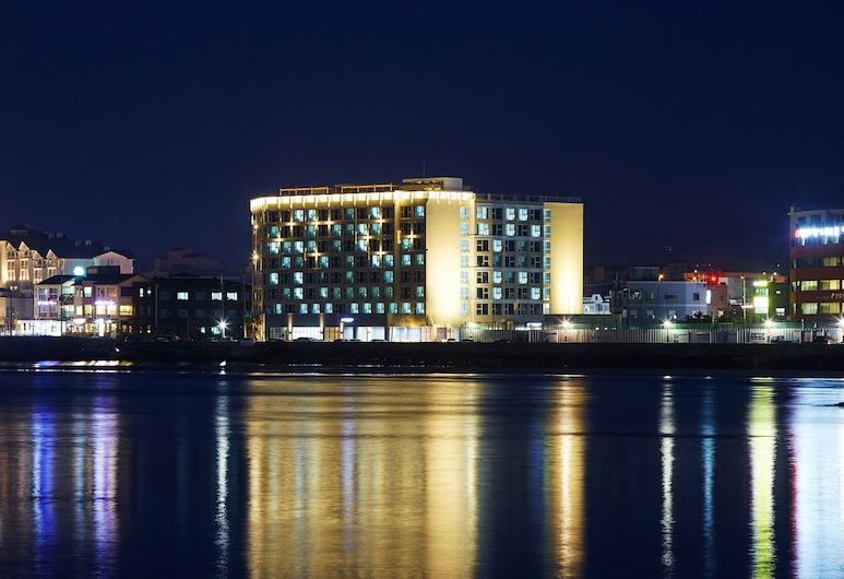 THE ARTSTAY JEJU HAMDEOK - HOTEL, Jeju City, Hotelfassade am Abend/bei Nacht