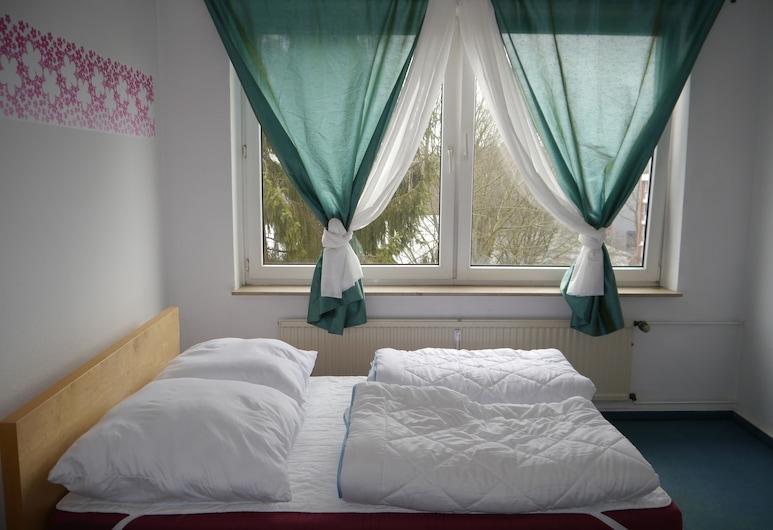 Wira Guesthouse 112 - Hostel, Hamburg, Delad sovsal - Comfort - endast kvinnor - kylskåp och mikrovågsugn - utsikt mot trädgården, Gästrum