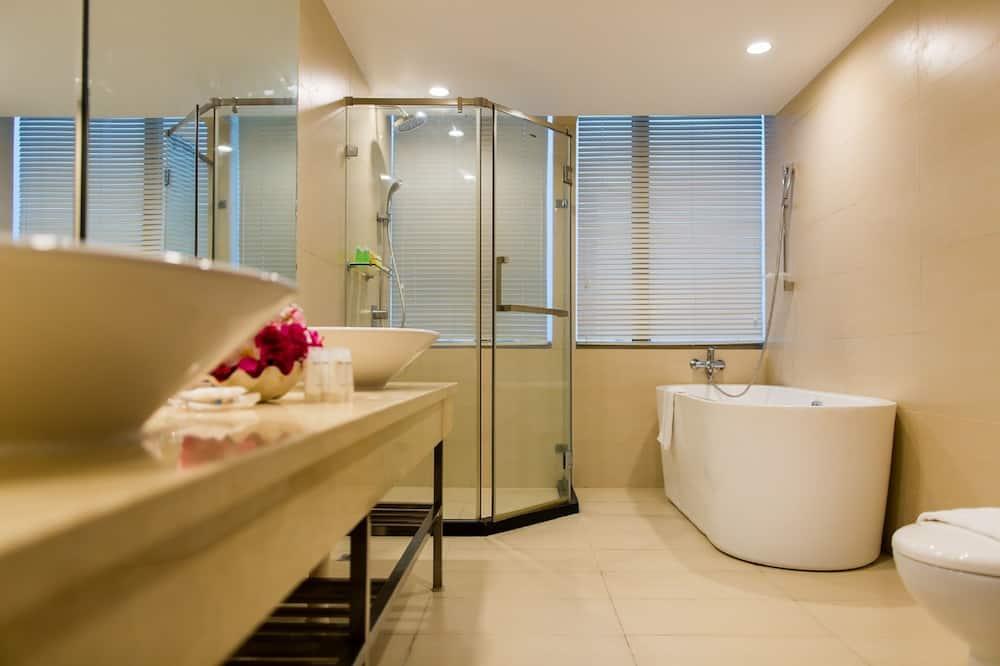Deluxe Ocean View Suite - Bathroom