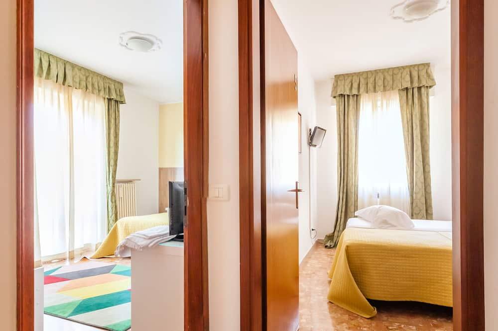 Family Suite, Ensuite (Camera 4) - Guest Room