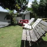 Trojlôžková izba typu Economy, viacero postelí, súkromná kúpeľňa - Výhľad na záhradu