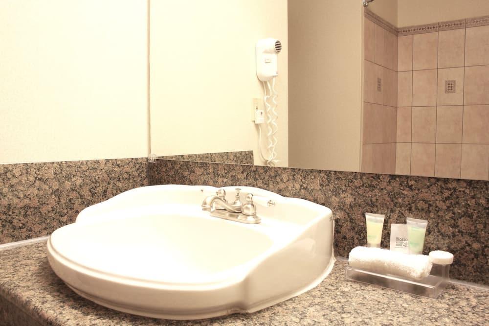 Standard Room, 1 Bedroom (Two Queen Beds) - Bathroom