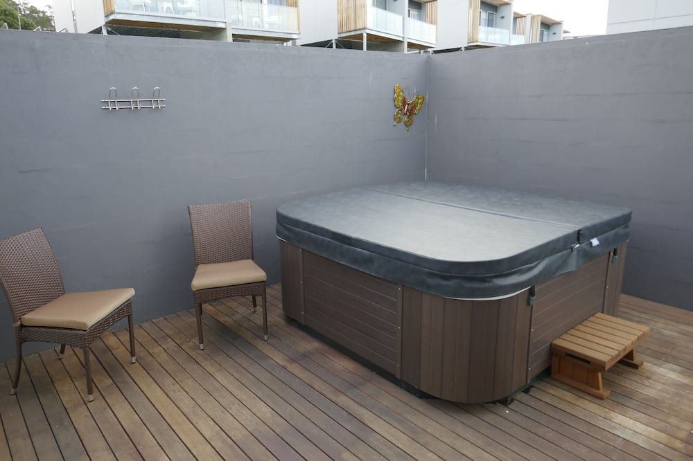 Deluxe Suite, 2 Bedrooms, Hot Tub, River View - Indoor Spa Tub