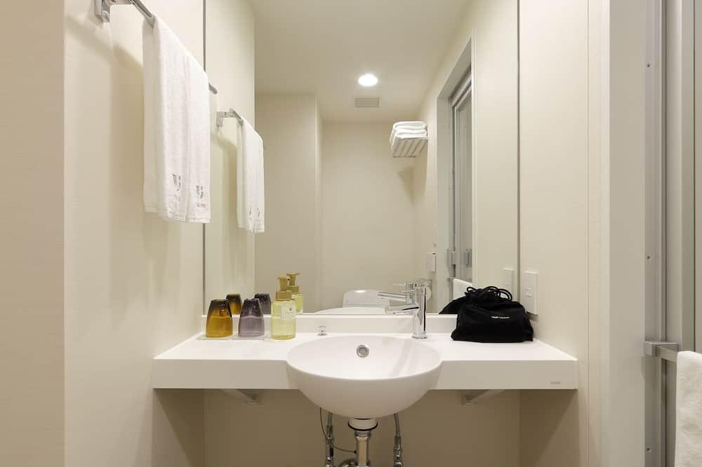 חדר טווין, ללא עישון - מתקני חדר הרחצה