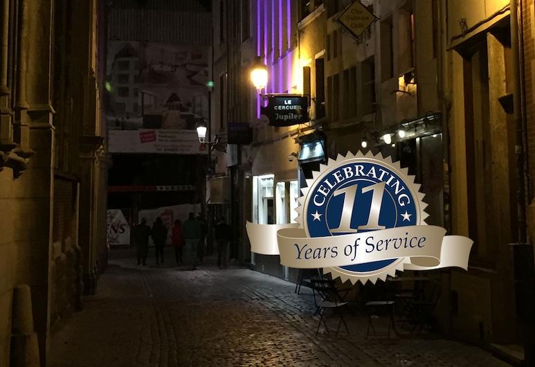 2GO4 Quality Hostel Grand Place, Bruselas, Fachada del hotel de noche