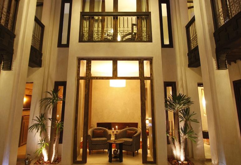 Riad Vanilla Sma, Marrakesch, Hotelfassade am Abend/bei Nacht