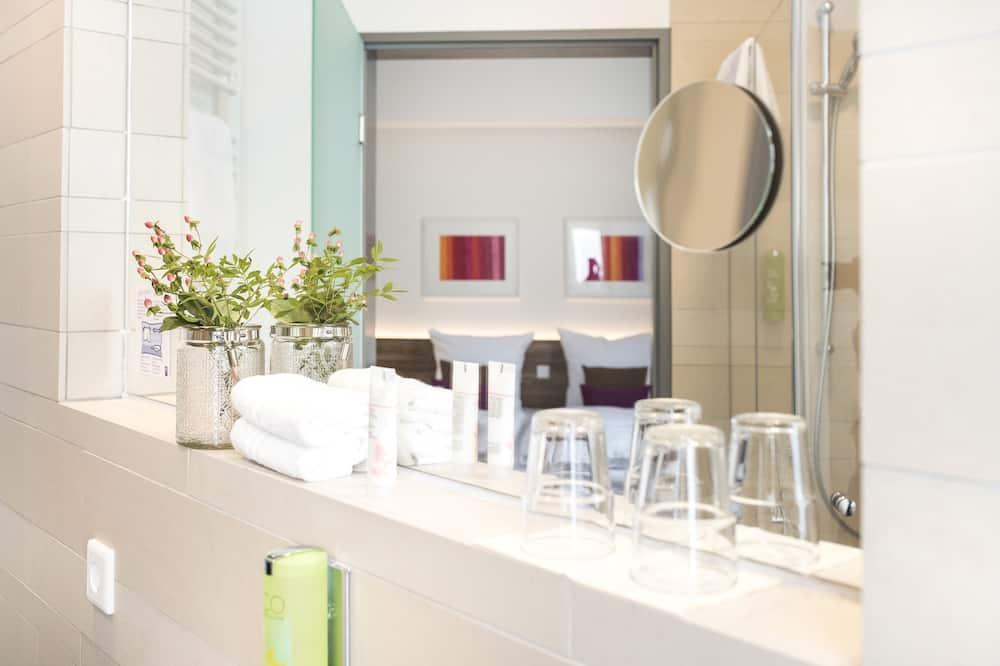 Chambre Double, vue cour intérieure - Salle de bain