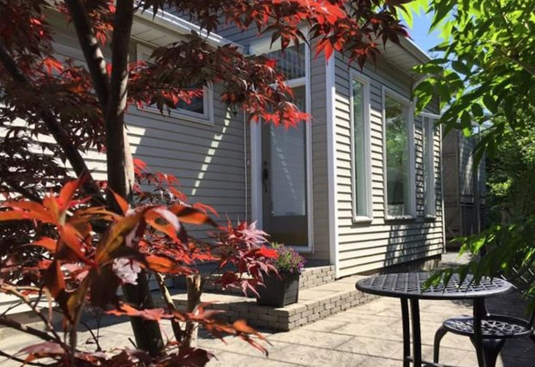 2 Moon Cottage Bed & Breakfast, Niagara-on-the-Lake, Courtyard
