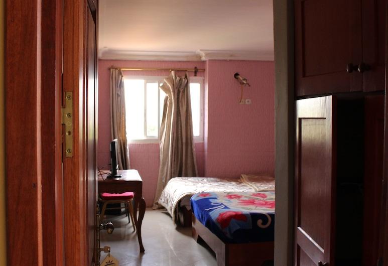 Mbatkam Palace, Bafoussam, Habitación triple, Vista de la habitación