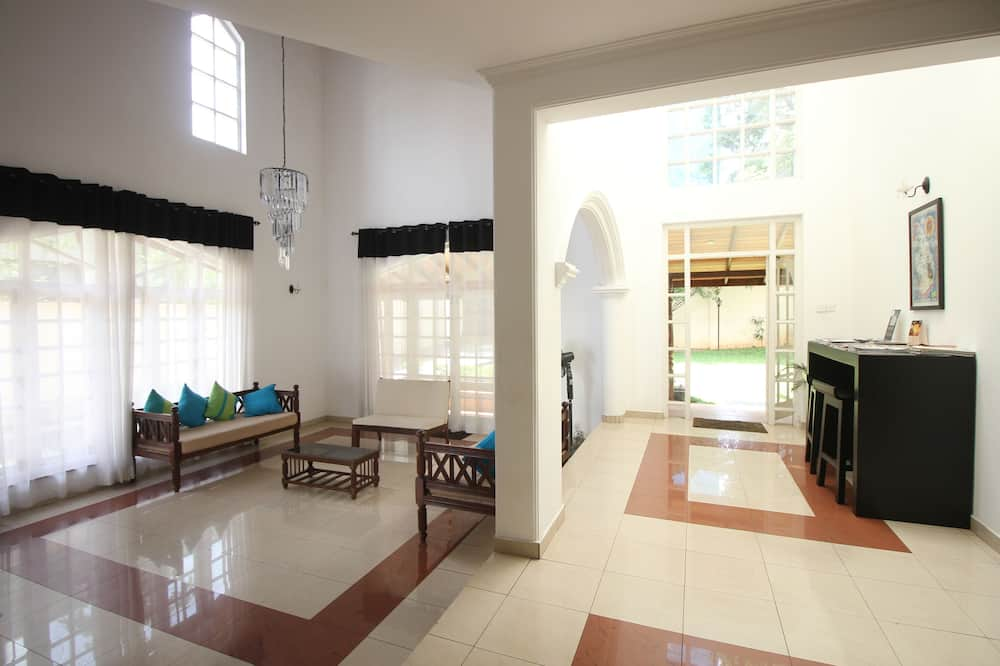 Deluxe Shared Dormitory - Living Room