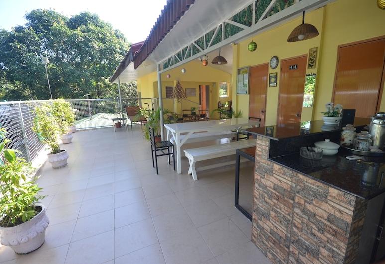Las Residencias Bed And Breakfast, Puerto Princesa, Terrasse/Patio