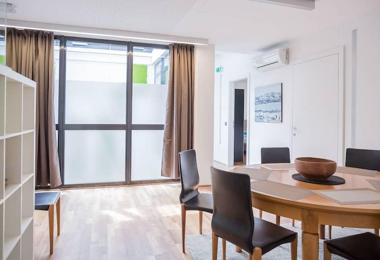 Salzburg City Appartement, Salzburg, Apartment, 2Schlafzimmer (Apt 2 1/2 Schlafzimmer incl.40EUR ), Essbereich im Zimmer