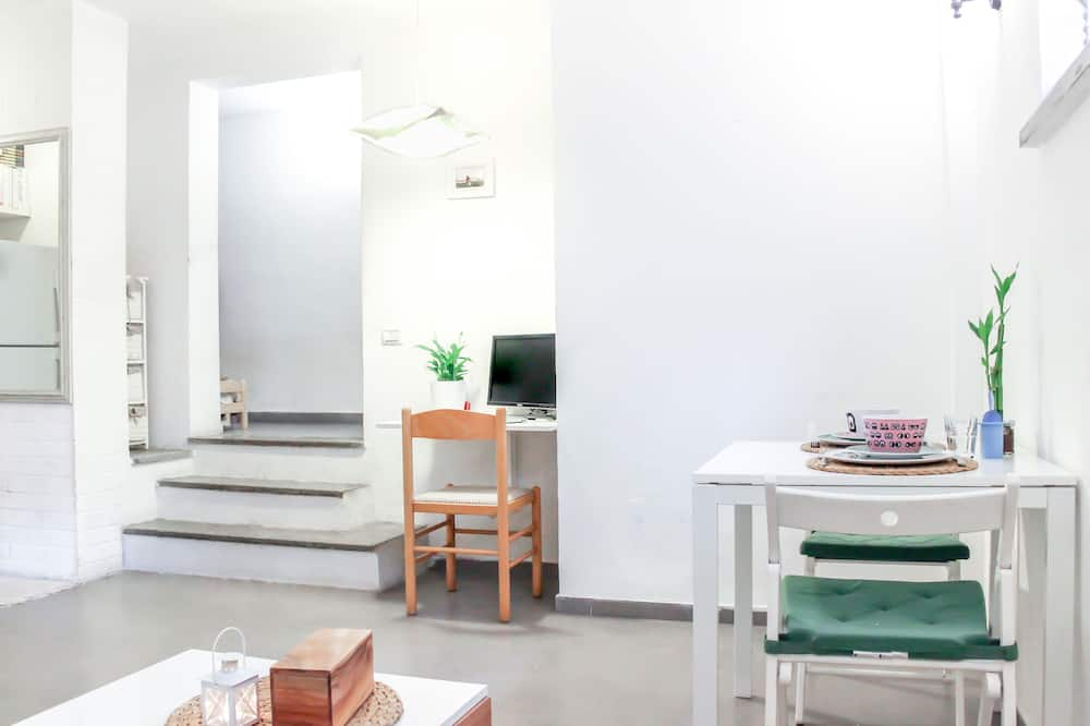 City Apartment, 1 Bedroom, Beachside - In-Room Dining