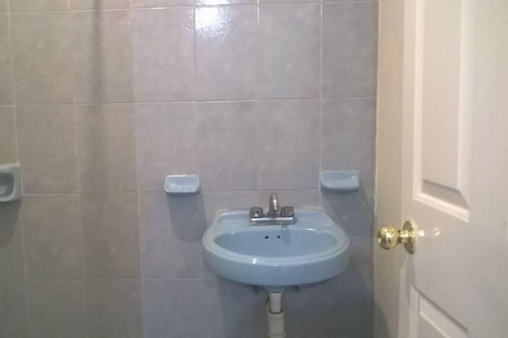 Family Quadruple Room, Multiple Beds - Bathroom