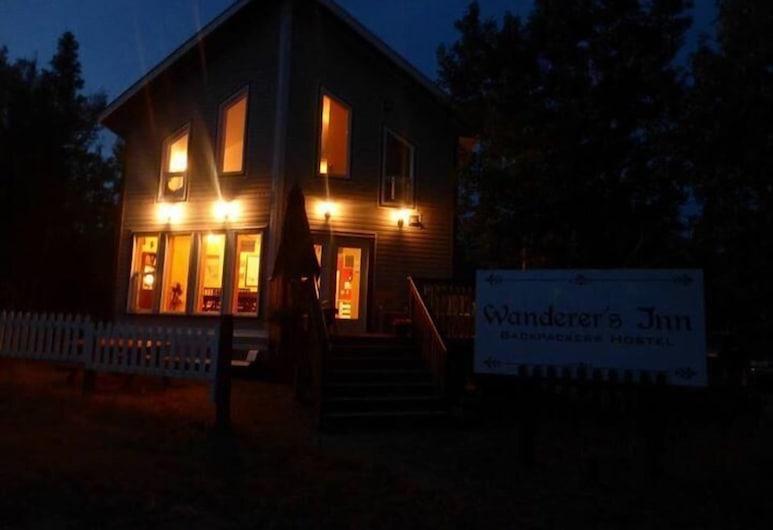Wanderer's Inn Backpackers Hostel, Haines Junction, Fasada hotelu — wieczorem/nocą