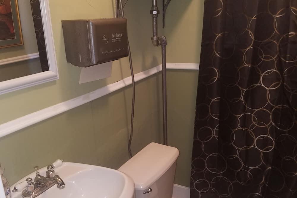 Huone, 1 keskisuuri parisänky, Jaettu kylpyhuone - Kylpyhuone