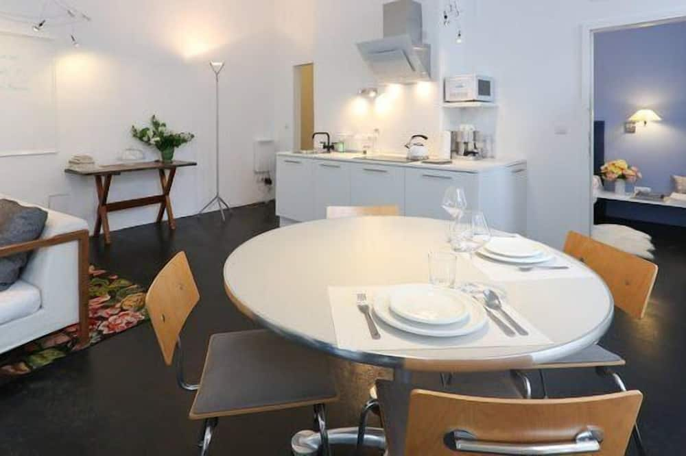 Premium-lejlighed - 1 soveværelse - køkken - stueetage (Premium Apartment, 1 Bedroom, Kitchen) - Spisning på værelset