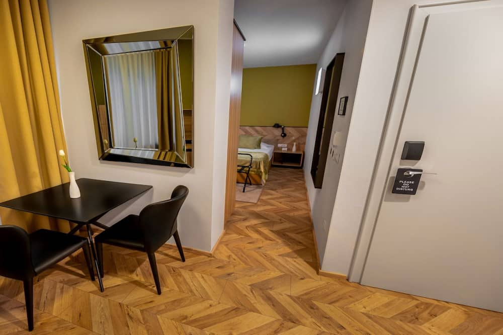 Superior Studio, 1 Bedroom, Non Smoking, Courtyard View - In-Room Dining