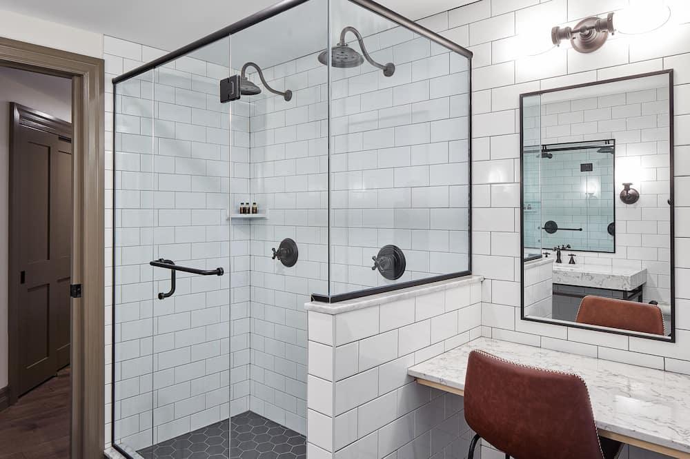 Executive szoba, 1 king (extra méretű) franciaágy, sarok - Zuhanyozó a fürdőszobában