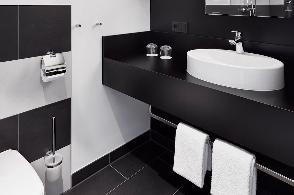 Studio-Quadruple Room - Bathroom