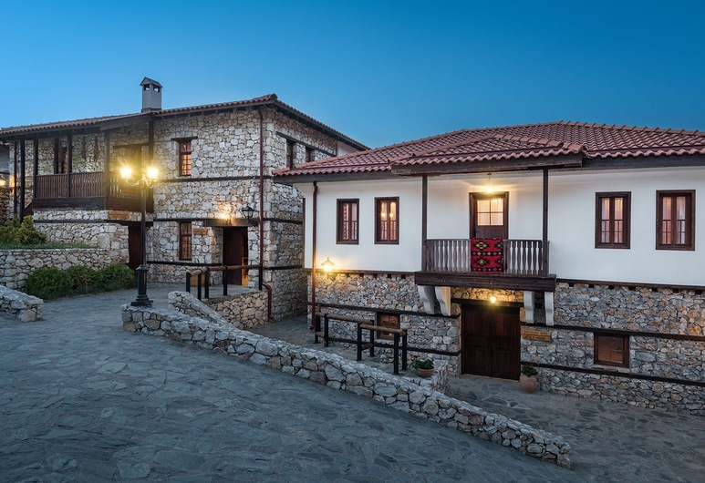 Macedonian Village Hotel & Resort, Skopje, Fassaad õhtul/öösel