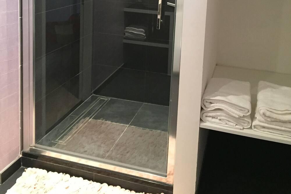 Family Quadruple Room, City View - Bathroom Shower