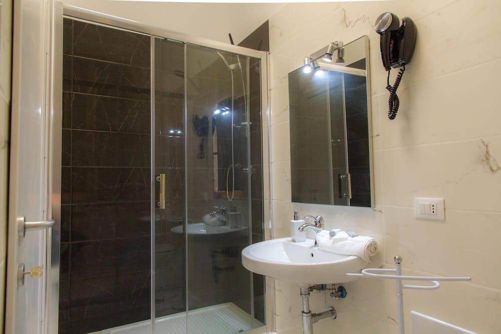 コンフォート ダブルルーム クイーンベッド 1 台 - バスルーム