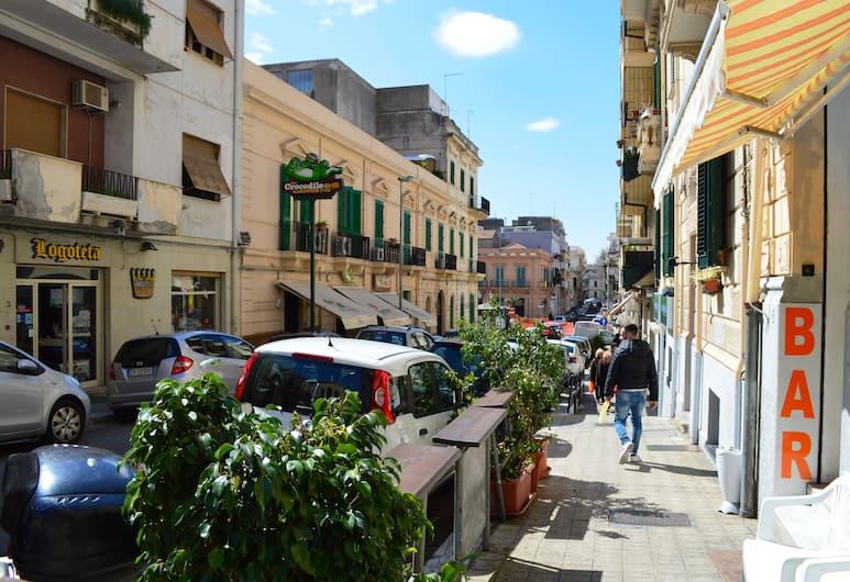 Casa Laganà, Reggio Calabria, Otelin Önü