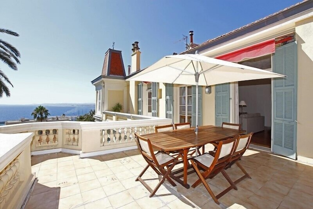 Amazing period apartment 4 persons with Sea view in Port of Nice district