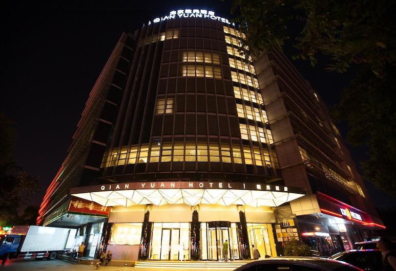 北京乾元酒店, 北京市, 酒店入口 - 夜景