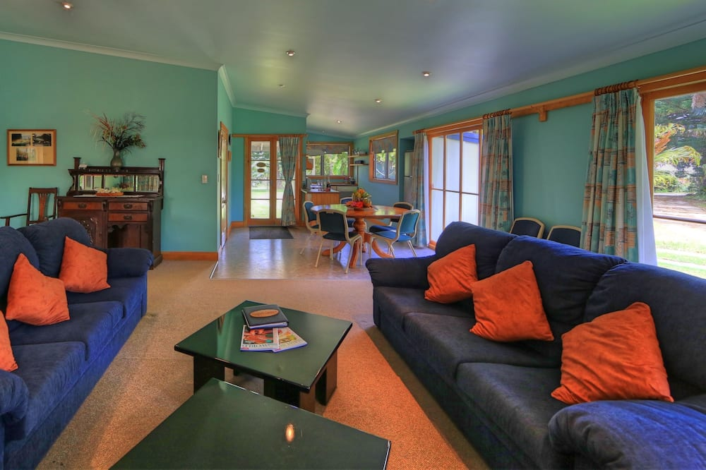 Superior 3 Bedroom House - Living Room