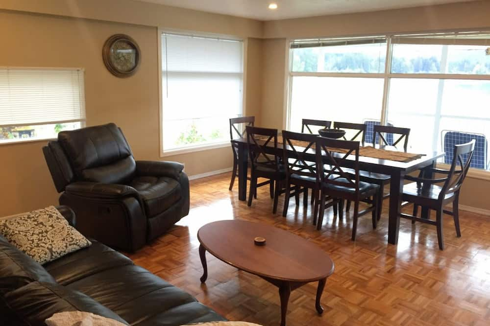 Signature Suite, 2 Bedrooms, Lake View, Lakeside - Living Area
