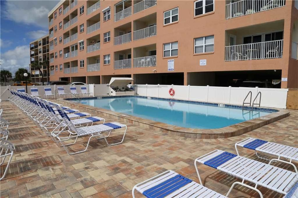 403 Beach Place Condos By Redawning Madeira Outdoor Pool
