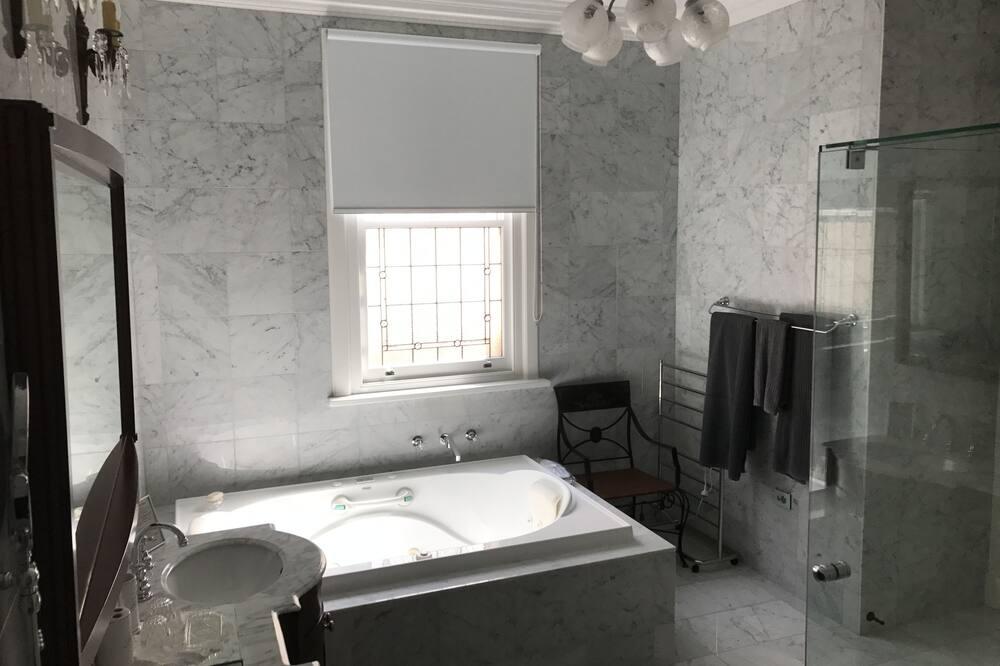 Pokój dwuosobowy, widok na basen (Downstairs Silver Deluxe Room) - Łazienka
