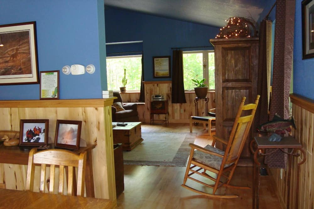 Deluxe House, 2 Bedrooms, 2 Bathrooms (Bear Cabin on Wolverine Trails) - Living Area