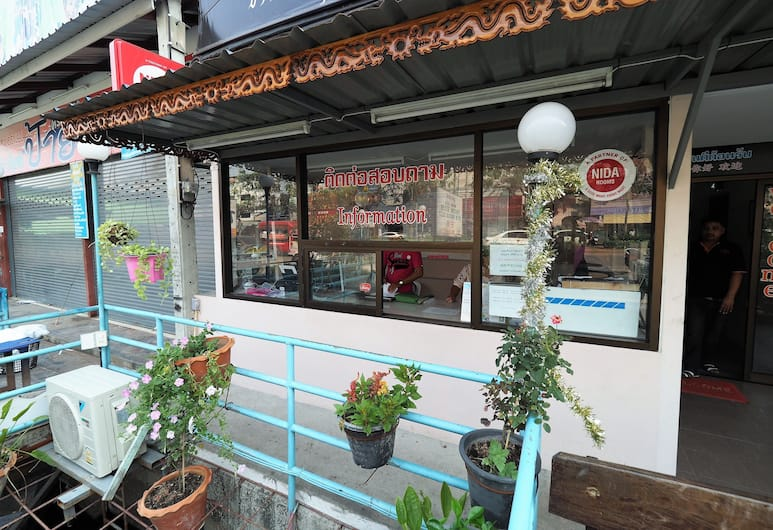 Phoom House, Bangkok, Otelin Önü
