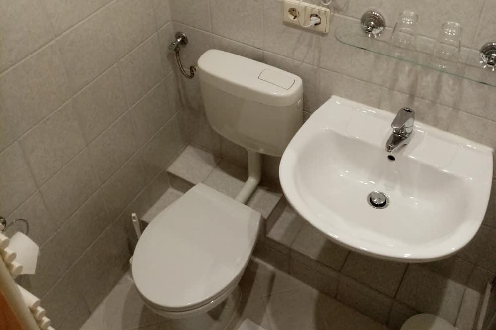 غرفة فردية بتجهيزات أساسية - بحمام داخل الغرفة - حمّام