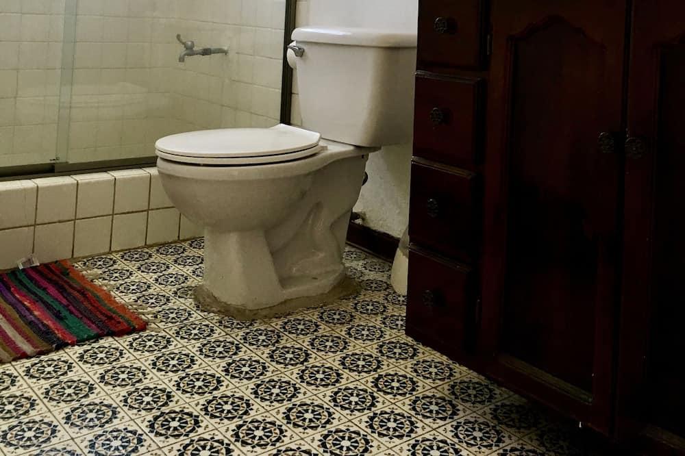 Pagerinto tipo bendrabutis - Vonios kambarys