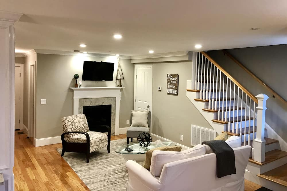 شقة سوبيريور - غرفتا نوم - بمطبخ - غرفة معيشة