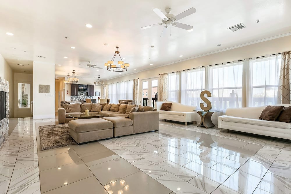 Royal Penthouse, 4 Bedrooms, Patio - Living Room